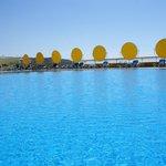Uma das piscinas exteriores  com vista para o mar espectacular