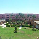 Widok na Chatę Beduinów, budynek zabaw dla dzieci  i jeden z bloków hotelowych