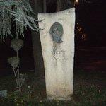 ゴッホのブロンズ製の顔は、夜は怖かった!