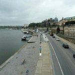 Blick über die Uferpromenade zum Hotel