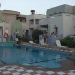 Общий вид: отель с бассейном