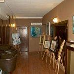 angolo del salone durante mostra di pittura