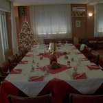Tavola imbandita per gruppo cena natalizia