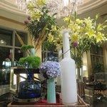Très jolis arrangements floraux dans l'hôtel