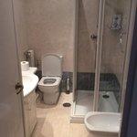baño reformado y limpio