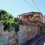 Zicht op Casa El Tulipan vanaf de straat. Het terras wat op de foto staat is van het appartement