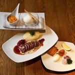 Löjromstoast med tillbehör, Ren med kantarellsås, lingon och potatispuré samt dessert.