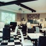 Белый зал на 40 гостей, бар, большой экран.