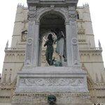 Monumento frente a la catedral