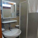 il bagno nuovo con phon e doccia ampia