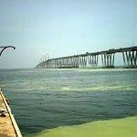 y lo mejor es que tiene una hermosa vista hacia el puente sobre el lago