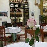 El comedor, las mesas adornadas con una rosa