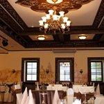 Шикарная люстра с красивым потолком в ресторане