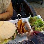 Panino con pollo e insalata con patatine alla francese.
