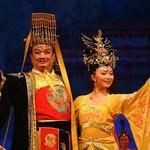 La opera empieza con el emperador y la emperatriz presentando la función