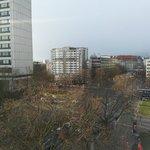 Вид на Kleiststraße из коридора отеля.