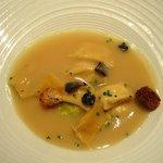 Cremita de ave, raviolis de faisán, dados de brioche trufado
