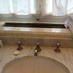 Waschbecken, teilweise korrodierte Amateuren