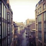 Corredor entre um prédio e outro com vista para as rua Paris.