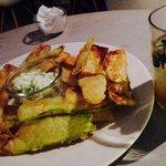 Aperitivo con tempura di zucchini e non-alcoholic mojito