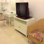 โต๊ะเครื่องแป้ง และทีวี