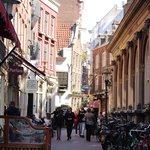 улица около отеля (слева отель)