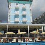 бассейн у веранды отеля