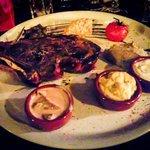 gegrilde steak met verschillende sauzen