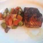 1. Gang vom Dinner: Lachs mit Kräuterkruste und mediterranem Gemüse