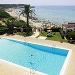 Piscina del hotel y playa
