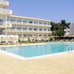 Fachada y piscina del hotel