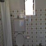particolare della finestra in bagno, peraltro rotta, con vista sul balconcino della camera attig
