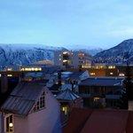 вид из окна отеля: вечер