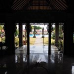 Blick aus der Lobby zum Poolbereich und Meer