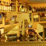 ein Spiegel im Laden mit reichlich auswahl im Spiegelbild