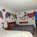 Pinturas Nahuatls en todas las habitaciones.. Recamara numero cuatro.
