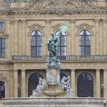 宮殿前に噴水があります。