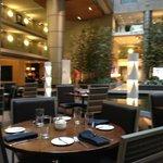 Il ristorante è al centro dell'ampio spazio interno