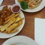 Meu prato(Camarão empanado+Fritas=$9,99) - prato da minha namorada(Filé de Frango+OnionsRings=$1
