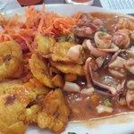 Corvina en salsa de mariscos, con patacones y ensalada