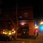 Vista geral do hotel a noite.