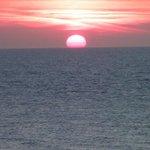 Mooi uitzicht met de zee en ondergaande zon.