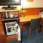 Mini bar e mesa de trabalho