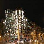 Танцующий дом вечером с подсветкой