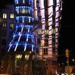 Танцующий дом вечером с цветной подсветкой