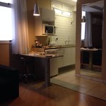 A parte da cozinha dentro do apartamento bem organizada e limpa