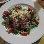 carne di manzo con pomodorini, rucola e parmigiano