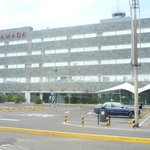 Vista del hotel desde el estacionamiento del aeropuerto