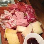 entrée assiette de bons fromages et  charcuteries du pays