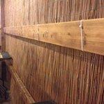Parete di bambù con fascette